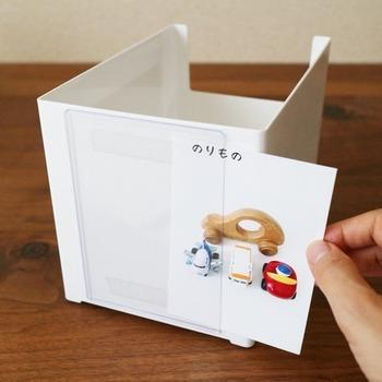 おもちゃのボックスに貼り付けたカードケースに、スマホで撮影した写真を挟み込めばOK。目で見て簡単に理解できるので、小さいお子さんでも自分でお片付けできますね♪