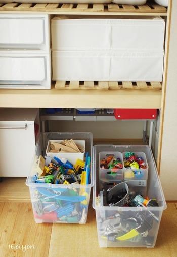 こちらのお宅でも、押入れの一角におもちゃを収納しています。使用しているのは半透明の衣装ケース。お子さんが成長しておもちゃが不要になれば、そのまま別の物を収納して使えます。