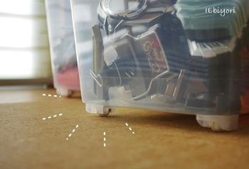 使いやすさのポイントは、ケースの底にキャスターが付いていること。おもちゃがたくさん入っていても、お子さんが自分で楽に引き出せるようになっているんです。