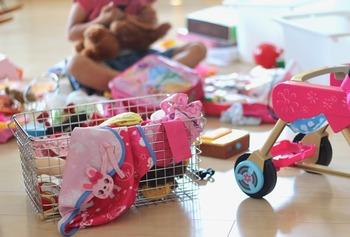"""お子さんの成長につれて、遊ぶおもちゃもだんだん変化していきますよね。そこでオススメしたいのが、お子さんが主体となって行う""""おもちゃの断捨離""""。自分で「いらない」と判断した物を、カゴなどにまとめてもらいます。"""