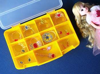 女の子が好むお人形には、とても小さな小物類が付いていることも。失くさないように、100円ショップのケースを専用の収納場所にしてみましょう。