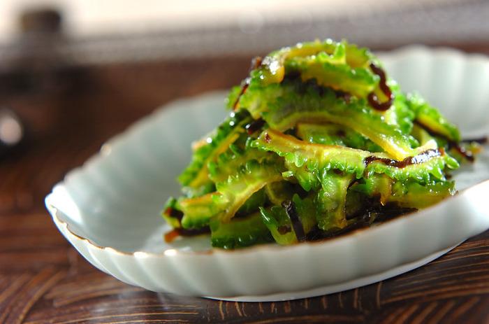 ゴーヤといえば、ゴーヤチャンプルの炒め物が定番ですが、意外と美味しいのが浅漬け。 ゴーヤは綿をしっかりと取ることで苦みも気にならず、シャキシャキの触感がくせになる美味しさです。鮮やかな緑色は、食卓に一品あるだけで、彩を添えてくれそう…。