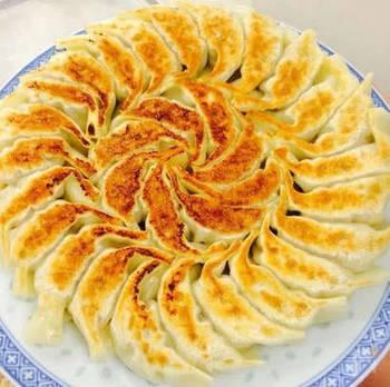 日本で「餃子」というと鉄板でしっかり焼き目をつけた「焼き餃子」がメジャーです。しかし、餃子の本場・中国では焼いて食べることはあまり多くなく、水餃子がほとんど。餃子は戦後満州から引き上げてきた人たちによって広められ、それが「焼き餃子」だったことが、日本で「焼き餃子」が主流になった理由のようです。
