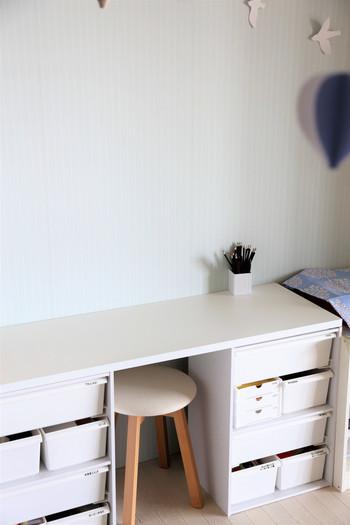 シンプルでアレンジしやすいカラーボックスは、お子さんの成長に合わせて使い道も柔軟に変えられる優秀アイテム。こちらのお部屋では、二段のカラーボックスに天板を置き、キッズ用のデスクとしても活用しています。