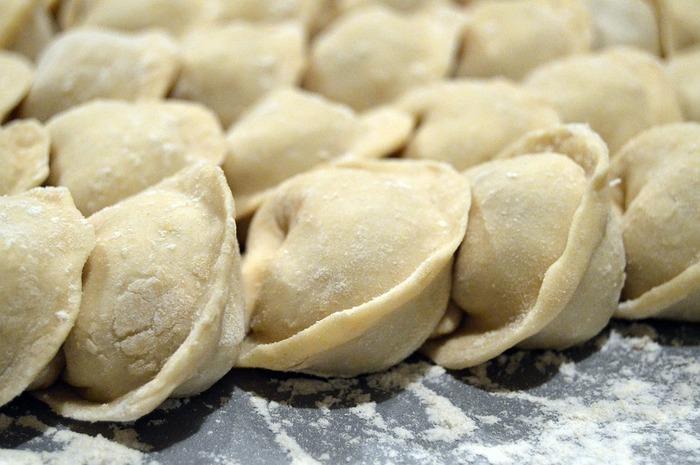 ユーラシア大陸を中心とした世界の国々に広がる「餃子」。包み方や種の材料、焼く・ゆでる・揚げるといった調理方法までそれぞれの個性があって楽しいものです。