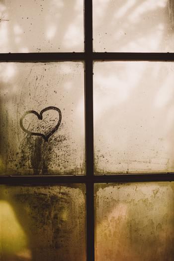 失恋すると、「自分に至らない部分があったのかも」と、自信を無くしてしまうこともありますよね。  どんな美人でも頭の良い人でも、一度は失恋を経験しているもの。人を愛することには、優しさや勇気が必要です。それができた自分を褒めて、好きになってあげましょう。