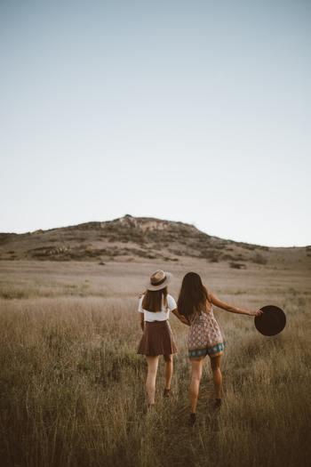 失恋した時には、友達の有難みが身に染みるもの。普段より少しだけ大げさに、お酒を飲んでお喋りしたり、カラオケで思いっきり歌ってみるのも良いですね。友達に話を聞いてもらうだけで、気持ちが軽くなっていくのが分かるでしょう。