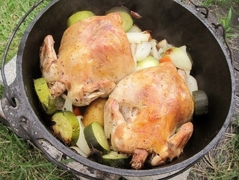 アウトドアだけでなく家庭でも使えるダッチオーブンは万能のお鍋!煮る、焼く、蒸す、揚げる、炒めるなどがこれ一台でできちゃう優れものなんです。