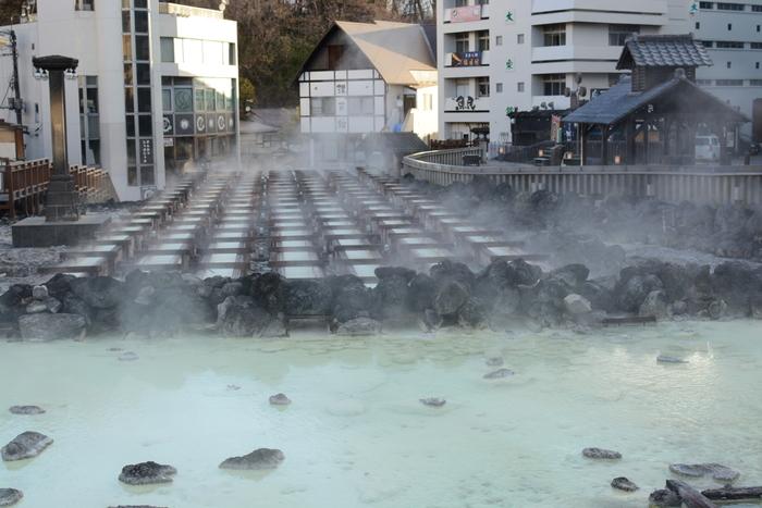 日本三名泉で天下の名湯といわれる草津温泉のシンボル「湯畑」。毎分4000リットル湧き出す源泉を木製の樋に掛け流し、湯温を調節したり湯の花を採取したりします。