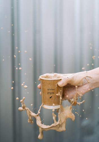 <水性のシミの場合> 水でシミを軽く濡らしたあと、表と裏に乾いたティッシュやハンカチを押し当ててシミを移し取ります。 <油性のシミの場合> シミを濡らさず、乾いたティッシュやハンカチで油分をつまみ取ってください。油取り紙を使うのもおすすめです。