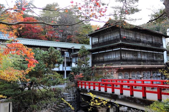 ジブリ映画「千と千尋の神隠し」のモデルのひとつと言われる、吾妻郡中之条町四万にある「積善館」。美しい四万川にかかる赤い橋が特徴の、元禄7年(1694年)創業の老舗旅館です。