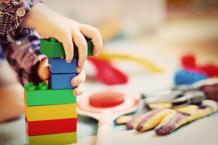 おもちゃで遊ぶことは、お子さんの成長に欠かせない大切なこと。でも、カラフルで細々した物が多く、インテリアと調和しないという悩みはありませんか?