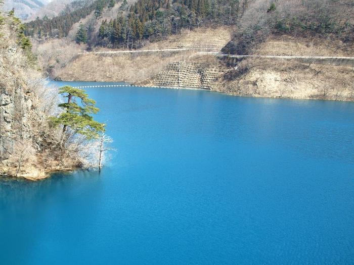 訪れた人はその美しさに魅了されてしまうという、奥四万湖(四万川ダム)の透明な青、四万ブルー。ここからすぐのエリアに、2017年、全室源泉100%掛け流しの露天風呂付きの豪華グランピング施設が誕生しました。