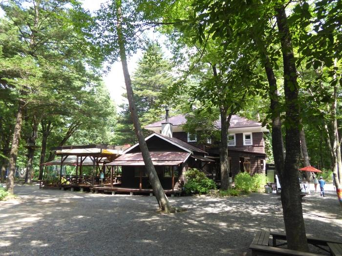 浅間山麓の原生林内にある「ルオムの森」。築100年の洋館を中心に、ブックカフェやギャラリー、アウトドアパークなどが広がる森林リゾートです。
