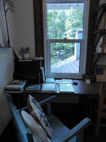 100年の洋館では、書籍の販売やギャラリーの常設展示もされています。