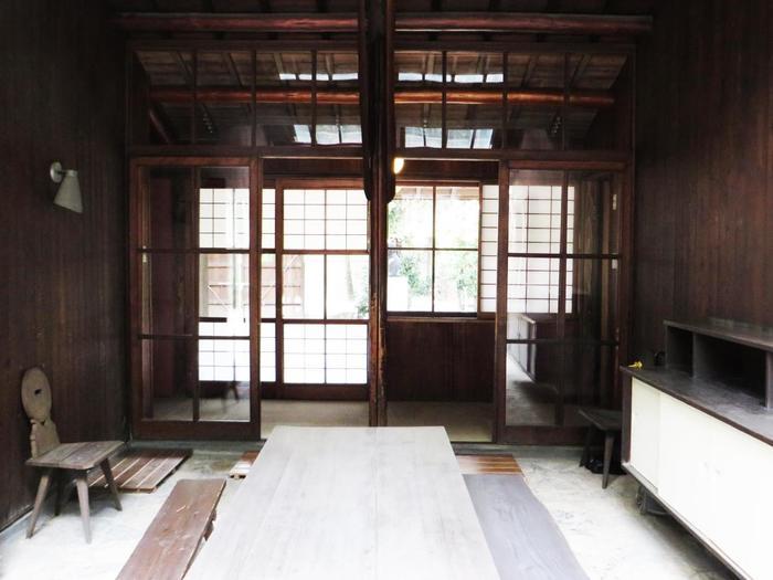 玄関を通り抜けるとパティオがあり、屋外と屋内が自然に融合する憩いの場となっています。