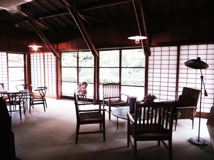 デンマークの家具デザイナー、ハンス・J・ウェグナーの椅子と、レーモンド夫人がデザインした照明や暖炉など、家具も味わい深いものばかりで、一見の価値ありです。