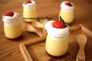 いまにも溢れ出しそうなクリームがたまらない、とろとろプリン。バニラビーンズを使って、小鍋でゆっくり温めながらプリン液を作りましょう。卵は加熱しないので、冷えたらすぐに召し上がれ。