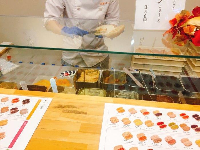 吉田パンは、注文したその場でコッペパンに好きなジャムや具をはさんでもらうスタイルのコッペパンサンド専門店です。 岩手県盛岡のソウルフードにもなっている『福田パン』創業者の精神と心意気を受け継いで、こだわりをもって作られています。