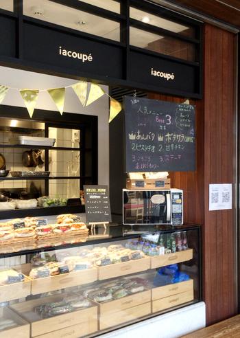 """西日暮里にある「ブーランジェリー・イアナック」がコッペパン専門のお店として2014年に上野にオープンしたのが『イアコッペ』です。イアナックで毎日焼かれるコッペパンを運んで、こちらの店舗で調理しています。 JR上野駅駅前にある""""上野の森さくらテラス""""の3階にあるのでアクセスしやすいでしょう!"""