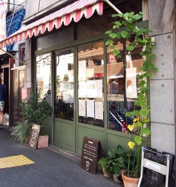 可愛いストライプの屋根と落ち着いたグリーン使いで雑貨屋さんのような佇まいの『大平製パン(おおひらせいパン)』は、根津で人気の『Bonjour mojo2(ボンジュールモジョモジョ)』さんの姉妹店です。