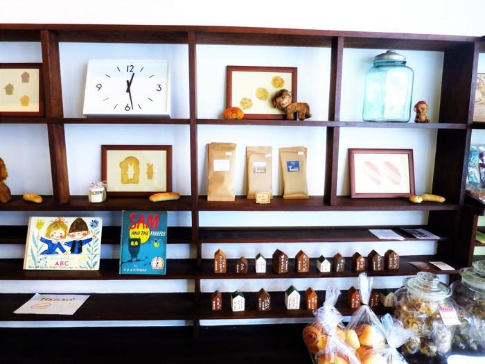 外観だけでなく、店内も絵本や雑貨が並べられ、レトロ可愛い雰囲気です。 店内にイートインスペース、2階にはギャラリースペースもあり、パン屋さんでありながらお客さんがゆったり楽しめる空間となっています。