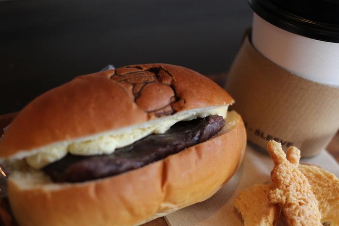 看板のイラストの焼印が押されたパンはとってもキュート。 食べる前に、心もほんわかしてきます。