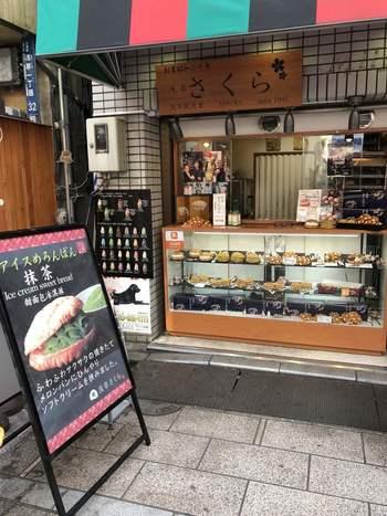 ジャンボメロンパンで有名な老舗甘味処、浅草花月堂の支店『浅草さくら』は、メロンパンとパイの専門店です。 ここのメロンパンが、浅草散策のお供に大人気なんです。