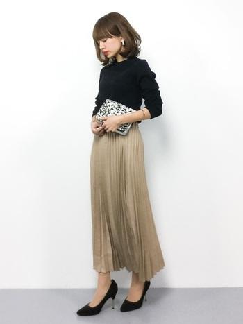 上品な落ち感のあるプリーツスカートは、黒トップスとパンプスと合わせて洗練された印象のコーディネートに。カジュアルにもエレガントにも着こなせるプリーツスカートは、様々な場面で活躍してくれそうですね。