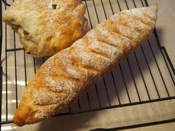 生地を作るまでをホームベーカリーにお任せしちゃうフランスパン入門編のレシピです。発酵後にすぐオーブンに入れるので時間配分をしっかり計算して作り始めるようにしましょう!