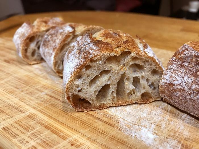 4種類のある中でも独自の形が印象的なバゲットテノワールは、小麦の深みと酸味のバランスが良くこれもまた癖になる美味しさ。バゲットテロワール、バゲットラビット、バゲットアルティザン、バゲットカンパーニュ是非食べ比べして小麦の芳醇さと独自のもっちり感を味わっていただきたい、わざわざ足を運ぶ価値のある人気店です。