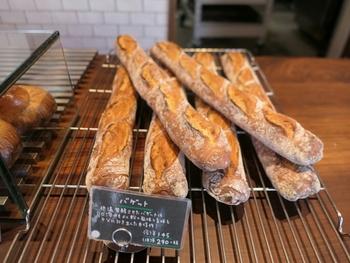 こちらで大人気のバゲットは、低温発酵で作られており、外がパリッと固く中はしっとりジュワッと優しさの中に小麦の力強さを感じられるお味が印象深いバゲットです。