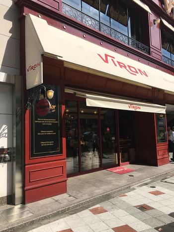 パリのビストロのような外観が特徴的な「ヴィロン」。こちらの「ヴィロン」では1階ではパンの販売、2階は美味しくパンを頂けるブーランジェリーになっていて二度美味しい有難いお店なんです。