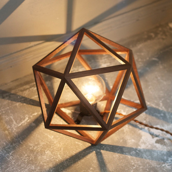 無垢の木を使った三角形の木枠を丁寧に手作業で組んだお洒落なライトです。木枠の影が美しく、特別な空間にいざなってくれるよう…。木のぬくもりが疲れた心にそっと寄り添い、癒やしてくれます。