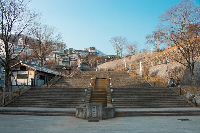 渋川市・伊香保温泉のシンボルといえば石段街。365段ある階段は1段目からの標高差が約68mもあり、距離は300m以上に及ぶとのこと。