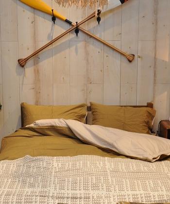 マスタードカラーは秋を代表するカラー。カジュアルテイストにもナチュラルテイストにも合うので、ベッドの印象はガラリと変わりながら、すっと寝室に馴染んでくれます♪