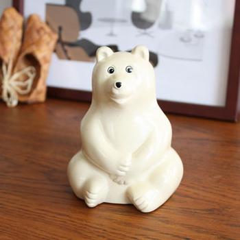 陶器のような柔らかな光沢が温もり溢れる貯金箱。愛嬌のあるシロクマくんは、そもそもノベルティでした。