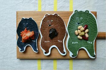 銅板転写という技術で作られたクマの豆皿。ちょっと怖そうだけどのっそりしていてかわいらしいデザインです。和食器との相性が良さそうなシックな色合いも素敵。