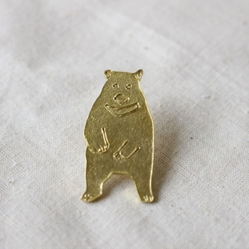鋳造で作られた真鍮製の小さなブローチです。細かなデザインが素朴でかわいらしい。