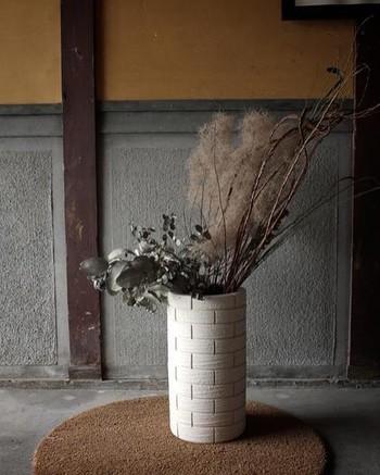 元気で瑞々しいお花も可愛いですが、ドライフラワーも断然お洒落。長い期間楽しめるのも魅力のひとつですし、儚げな雰囲気が秋~冬に見事にマッチ。