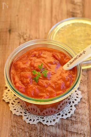 生のトマトから作るトマトソースのレシピはこちらです。野菜はトマトだけで、調味料は、塩・オリーブオイル・砂糖のみ。シンプルなソースが作りたい時にぜひどうぞ。