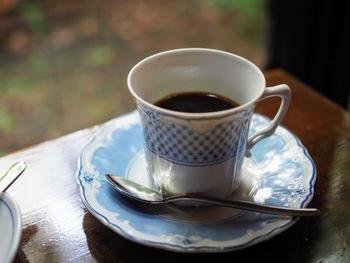 ネルドリップで淹れたコーヒーは、ジノリやロイヤルコペンハーゲンなど名窯のうつわで提供されています。