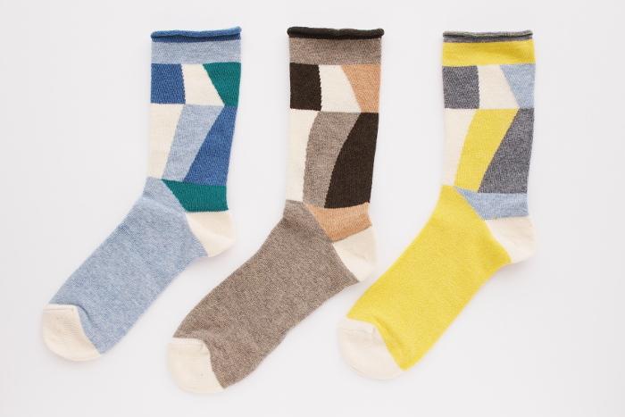 くすみ色のカラーブロックが秋らしい一足。たくさん色が使われている分、あらゆるボトムやスニーカーと合わせやすく、履き回し力もバッチリ。コーディネートのアクセントとして取り入れるのもGOOD!