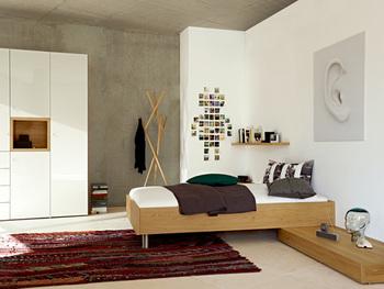 部屋全体を模様替えしなくても、ラグをボルドーやカーキ、マスタードなどの秋っぽいカラーにするだけで、雰囲気が出てきますよね。寝室の足元を秋っぽいカラーにすると、落ち着きとあたたかみが生まれて一石二鳥のスタイリングになります。
