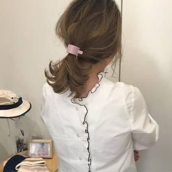 オーソドックスなひとつ結びは、ゴムをしっかり隠すのがおしゃれさんのルール。毛束をキレイに巻きつけるのが面倒なときは、小ぶりのマジェステでカモフラージュを。