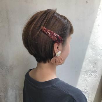 世代を問わず好印象なショートボブ。ちょっぴり大胆に攻めたいときは、バックに届くくらいのロングなヘアアクセサリーをあしらって。柄ものならさらに個性的なヘアアレンジが完成♪