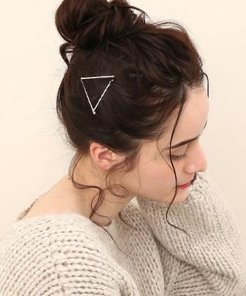 ヘアピンで三角形をつくり、まとめ髪のちょっとしたポイントに。一本一本のヘアピンの長さを変えれば、同じ形でもまた違ったイメージになりそうですね。