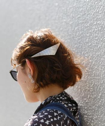 パラパラと落ちてこないように、毛束を数回ひねってからバレッタをオン。横に長い分ホールドしやすく、安定感のある仕上がりに。