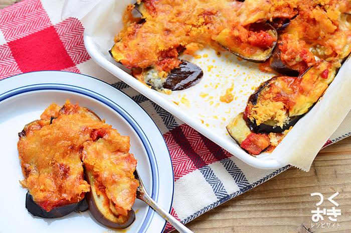 パン粉のサクサクがおいしいオーブン焼きは、洒落たおつまみやもう一品欲しい時に覚えておくと大活躍するレシピの一つ。トマトソースを常備しておけば、急な来客時も安心です。