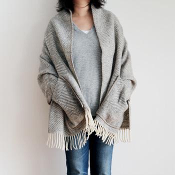 LAPUAN KANKURITのブランケットはシンプルで、羽織るだけでナチュラルな雰囲気に。ニットとデニムのカジュアルなコーデに羽織っても、上品に柔らかな印象にまとまります。
